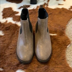 Roxy brown leather booties.